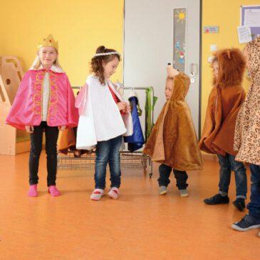 Kostüme Set 13 Teile Unzählig viele Märchen und Theaterstücke ... lassen sich mit diesen 13 hübschen Kostümen nachspielen. Auch unterm Jahr zum Verkleiden, zum Fasching und an Halloween kommen die detailreich gestalteten Kinderkostüme immer wieder zum Einsatz. Ein paar Figuren haben zusätzliche Accessoires: Zauberstab, Feenkranz, Hexenhut - und Prinz/Prinzessin jeweils eine funkelnde Krone. Tiere wie Elefant, Tiger, Leopard,... haben an der Rückseite des Umhangs den jeweils passenden Schwanz appliziert.