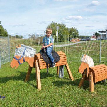 Holzpferd 80 cm lasiert Ausritt bei jedem Wetter ... Stabil, sicher und robust müssen Outdoor-Pferde sein, damit die Kinder lange Freude mit ihnen haben - bei wenig Pflegeaufwand. Auf dem Rücken haben gleich mehrere Reiter Platz. Das Maul ist leicht geöffnet, so können die Kinder die Pferde füttern und auftrensen. Eine kuschelige Mähne und Schweif gehören natürlich dazu. - Kisus e.K. - Kinder, Spiel und spaß