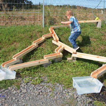 Wasserbahn 12-tlg. Draußen Wasserbahn, drinnen Murmelbahn ... Aus 12 Holzbahnen können die Kinder immer wieder verschiedene Wasser- oder Kugelbahnen bauen. Zwei Y-förmige Bahnen sind umlenkbar. Für die Konstruktion des Gefälles ist die Kreativität der Kinder gefragt, vorhandene Steine, Bauklötze etc. in das Bauwerk mit einzubeziehen: damit später Schiffchen hinabschwimmen, Kastanien hinunter rollen oder Murmeln bis zum Ende der Bahn kugeln. - Kisus e.K. - Kinder, Spiel und spaß - KITA, Kindergartenausstattung