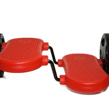 Pedalroller rot Wow! Das braucht Übung ... Trainiere deine Balancierfähigkeit mit diesem robusten Pedalroller, bis du sicher auf den rutschsicheren Kunststofftrittflächen durch den Raum fährst. Auch beim Hindernisparcour als Station ein Highlight. Das Treten macht Laune, stärkt deine Muskelkraft und die Kunststoffräder hinterlassen keine Abriebstreifen am Boden. - Kisus e.K. - Kinder, Spiel und spaß