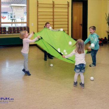 Schwungtuch grasgrün Mit vereinten Kräften ... Einfarbige Schwungtücher erfreuen sich einer immer größeren Beliebtheit. Wenn alle Kinder gleichzeitig dem Tuch Schwung geben - fliegen die Bälle oder Luftballons in die Höhe. Spielspaß für drinnen und draußen. Fördert die Auge-Hand-Koordination und das Gefühl für Rhythmus. Inklusive komfortabler Aufbewahrungstasche. mit 8 Griffschlaufen.