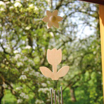 Windspiel Blume Geschenk für die Sinne ... Ein Hingucker im Fenster, zur klangvollen Begrüßung an der Türe oder als Windbote im Garten ist dieses Windspiel mit vier Klangstäbchen.