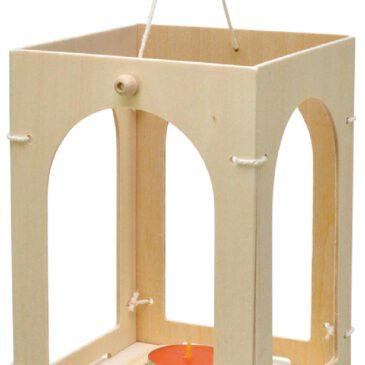 Holzlaterne Laterne, Laterne ... zum selbst Gestalten. Aus vier Seitenteilen mit Rundbogen, Schnur und Boden lässt sich eine stabile Holzlaterne basteln. Die Fenster können von innen mit farbigem Transparentpapier ausgekleidet werden. Teelicht rein - schon erstrahlt die Laterne für den Martinstag. - Kisus e.K. - Kinder, Spiel und Spaß - bastelbedarf, kindergarten, St. Martin, Pelzemertl, Pelzmertel