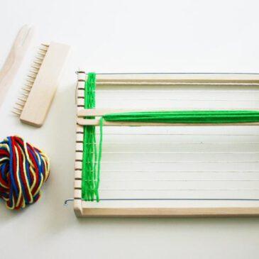 Webrahmen für KIGA Super-Webspaß als Tischaufsteller inklusive Kettgarn! ... Dieser Kiga-Webrahmen wird bereits aufgebaut geliefert und braucht nur noch mit dem beiliegenden Kettgarn bespannt zu werden. Mit der mitgelieferten Wolle ist der Webrahmen für erste Webversuche somit schnell einsatzbereit. Es können verschiedenste Materialien wie Wolle, Tücher und Stoffe und Naturmaterialien wie Gräser, Zapfen und Moose verarbeitet werden. Geschult werden Fingerfertigkeit, Feinmotorik und Konzentration.