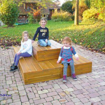 Lümmel-Stufendeck Beliebter Liege- & Spielplatz ... in Kindergärten und Schulen. Die stabil verschraubten Kastenelemente halten so einiges aus. Ideal zum Lümmeln, Sitzen, Spielen oder Ausruhen. Egal ob auf Rasen, Stein oder Sand.