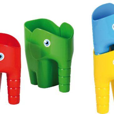 Elefantenschaufel 4er Set Hübsch, robust, praktisch und vielseitig ... Die vierköpfige Elefantenfamlie ist toll für Sand- und Wasserspiele. Am Rüssel ist die Schaufel gut zu greifen, um damit im Sand zu graben. Durch große Öffnung lässt sich einfach Wasser einfüllen und wieder ausgießen. Auf dem Schreibtisch sind die Elefanten praktisch zum Aufbewahren von Stiften, Lineal, Schere und anderen Kreativutensilien. Und am Esstisch halten sie Servietten und Besteck sortiert parat. Nach Gebrauch sind die Elefanten platzsparend stapelbar. Farben: Gelb, Rot, Grün, Blau. - Kisus e.K. - Kinder, Spiel und Spaß - Krippe, Kinderkrippe, krippenausstattung, kindergarten