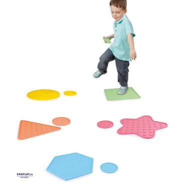 Sensorik Silikonmatten klein Strukturierte Matten zum Fühlen mit Händen und Füßen ... Die Matten in verschiedenen Formen und Größen haben unterschiedliche Strukturen: ringförmig, gestreift, genoppt, pyramidenförmig oder igelstachelig. Mit ihnen können immer wieder neue Sensorik-Pfade gelegt werden - Kisus e.K. - Kinder, Spiel und Spaß - Kindergarten KITA ausstattung
