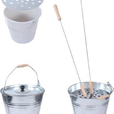 Asche-/Reinigungseimer Set Grillspieße leicht reinigen & Asche entsorgen ... Nach dem Grillen wird aufgeräumt. Die Grillspieße müssen gereinigt und Asche entsorgt werden. Das Asche-/Reinigungseimer Set erleichtert Ihnen die Arbeit dabei: Zur einfacheren Reinigung der Grillspieße wird der 10-Liter Kunststoffeimer (befüllt mit Wasser und Spülmittel) in den Blecheimer gestellt und darauf die runde Lochblechscheibe platziert. Anschließend werden die gebrauchten Grill- und Stockbrot Spieße einfach von oben durch die Löcher gesteckt, so dass sie im Spülwasser einweichen und dann leichter von Hand gereinigt werden können. Danach dient der 15-Liter-Blecheimer zur Entsorgung der Asche und vielleicht noch nicht ganz ausgekühlter Holz-/Kohlereste. Der Deckel mit Kunststoffknauf sorgt dafür, dass der Inhalt bei Wind nicht davon getragen wird. Zugedeckt werden die Grillrückstände auch nicht nass - denn Kohle-Matsch ausleeren macht auch keinen Spaß.