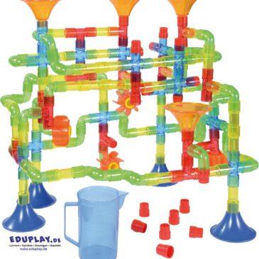 Wasserbahn-Set transparent 151 Teile Wasserspiele für drinnen ... Hier sind die Kreativität und die Fingerfertigkeit kleiner Bauingenieure gefragt: Aus Rohren, verschiedenen Verbindern, Stöpseln, Füßen, Wasserrädern und Einfülltrichtern können sie gemeinsam ihren Traum vom eigenen Wasserlabyrinth verwirklichen. Wie bauen sie eine stabile Basis? Welche Wege soll das Wasser gehen? Und wie können möglichst alle Teile zum großen Ganzen kombiniert werden? Eine gelungene Konstruktion schafft Erfolgserlebnisse - und der Spielspaß mit Wasser ist garantiert. Ganz nebenbei werden räumliches Vorstellungsvermögen, Sozialverhalten, Kommunikation und feinmotorische Fähigkeiten geschult. Kisus e.K. - Kinder, Spiel und Spaß - FAch-Großhandel für Kindergartenbedarf, Spielwaren und Bastelbedarf