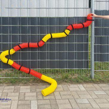 Mega Flexi Pipe 75 x 8,5 cm farbig gemischt Die Outdoor Bällebahn zum selbst gestalten Aus sechs flexiblen Röhren bauen Kinder sich ihre eigene Bällebahn. Jede Kunststoffröhre lässt sich bis zu 75 cm ausziehen und wellenförmig oder gebogen formen. Mit wiederverwendbaren Klettbändern wird Stück für Stück befestigt, z. B. an einem Zaun - und schon können die Bälle durch den Tunnel rollen. - Kisus e.K. - Kinder, Spiel und Spaß - Fach-Großhandel für Kindergartenbedarf und Spielwaren