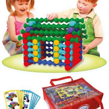 Playstix Mega Von einfachen bis komplexen Konstruktionen Mit Playstix können Kinder ihre Fähigkeiten Stück für Stück ausbauen. Über Kreuz platziert greifen die Bausteine in gerillter Form ineinander und bleiben fest an Ort und Stelle. Das Besondere: Die Playstix können auch hochkant verbaut werden. Dabei rasten die Erhöhungen in die Vertiefungen anderer Playstix und werden mit einem Click verriegelt. Die beiliegenden Vorlagenkarten zeigen Modelle für Anfänger und Fortgeschrittene zum Nachbauen. Mit beiliegenden Rädern können auch Fahrzeuge konstruiert werden. 80-teiliges Set in Tragetasche: 76 Playstix in 7 Längen, jede Länge in einer anderen Farbe, 4 Räder, 10 doppelseitige Vorlagenkarten. - Kisus e.K. - Kinder, Spiel und Spaß -FAch-Großhandel für Kindergartenausstattung, Spielwaren und Bastelbedarf