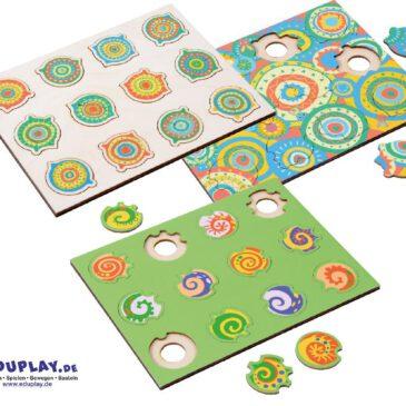 Phantasiepuzzle-Set Mandala Kunterbunte Motive und Puzzleformen erkennen und zuordnen ... Bäume, Häuser, Fische und Mandala-Motive - die farbenfrohen Phantasiepuzzle animieren Kinder sofort zum Spielen. Jedes Holz-Puzzle hat 12 individuell geformte Teile, die sich nur an einer ganz bestimmten Stelle einfügen lassen. Die Kinder können sich beim Puzzlen an den Motiven und an den Formen der Puzzleteile bzw. der Aussparungen in den Puzzleplatten orientieren. Zwei der Mandala-Puzzle (mit einfarbigem Hintergrund) sind nur über die Teile-Form zusammenzufügen. Durch die Aussparungen an der Unterseite der Puzzleplatte lassen sich die Einzelteile ganz leicht entnehmen. Die Phantasiepuzzle fördern Konzentration, Wahrnehmung und Denkvermögen. Anhand der verschiedenen Schwierigkeitsgrade können Pädagogen den Entwicklungsstand der Kinder einschätzen. - Kisus e.K. - Kinder, Spiel und Spaß - Fachgroßhandel für Kindergartenausstattung, Spielwaren und Bastelbedarf