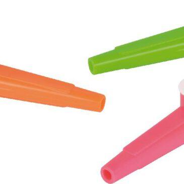 Kazoo Neon 12er Set Das Instrument für die Hosentasche ... Summen, singen oder sprechen durch das Kazoo wird zum riesen Spaß. Die in Schwingung gesetzte Membran verändert den Ton der eigenen Stimme und lässt ihn sonderbar trötend klingen. Farbe nach Lagervorrat. - Kisus e.K. - Kinder, Spiel und Spaß
