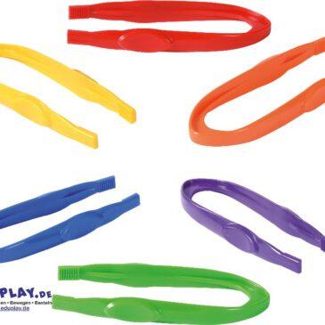 Pinzetten 12er Set Zum achtsamen Aufnehmen und Platzieren ... Kinder dürfen oder möchten nicht alles anfassen. Mit den robusten Pinzetten können beispielsweise Brennnesselblätter abgezupft und in einer Becherlupe abgelegt werden. So bleibt das lästige Kribbeln an den Fingern erspart und zugleich wird die Feinmotorik geschult. Auch für Sortier- und Zählspiele geeignet. Zum besseren Greifen sind die Enden der Pipetten gerillt. Inhalt: 2 x 6 Stück in Gelb, Orange, Grün, Rot, Blau, Violett. - Kisus e.K. - Kinder, Spiel und Spaß - FAch-Großhandel für Kindergarten, KITA, Hort und Schule