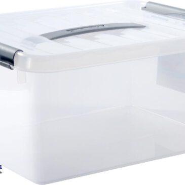 Kunststoffkiste mit Deckel 15 Liter Ausräumen, spielen, aufbewahren ... Die transluzenten Kunststoffkisten erweisen sich im Kiga als wahre Multitalente. Beim Spielen, z. B. mit Wasserbahnen, dienen sie als 15 Liter Auffangbecken. Sonst lassen sich darin allerlei Utensilien sortiert aufbewahren: Kostüme, Bausteine, Kreativmaterial u.v.m. Der dicht schließende Deckel schützt den Inhalt vor Staub und ermöglicht die Stapelbarkeit der Boxen, die sich dank Griff einhändig tragen lassen. Von außen ist der Inhalt der Box ersichtlich - und bei Bedarf kann sie auch mit einem Aufkleber (nicht inkl.) beschriftet werden