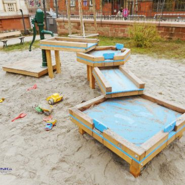 Wasserspielanlage Kombi4 Matschtisch-Kaskade Diese Kombination aus unterschiedlich großen Matschtischen ist ideal für Spielanlagen mit vielen Kindern. Hier können kleinere und größere Kinder gleichzeitig an den Matschtischen spielen. Die Kombi lässt sich auch ganz flexibel überall im Sandkasten platzieren.